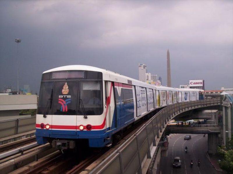 ทายใจทายนิสัย คนบนรถไฟฟ้าจากท่าทางการจับห่วงหรือเสา