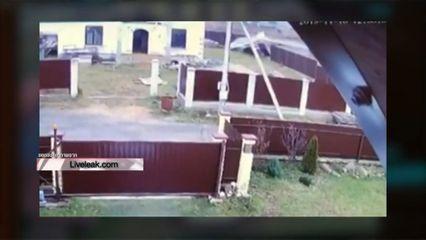 เครื่องบินเล็กลงจอดฉุกเฉิน พุ่งชนรั้วบ้านในรัสเซียพัง ไร้คนเจ็บ