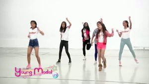 สาวน้อยวัยทีนผู้เข้าประกวด Young Model 2014 ทุ่มซ้อมการแสดงบนเวทีรอบตัดสิน